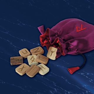 Runes en bois et bourse brodée